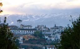 Vista del barrio del Albaicín de Granada con Sierra Nevada de fondo